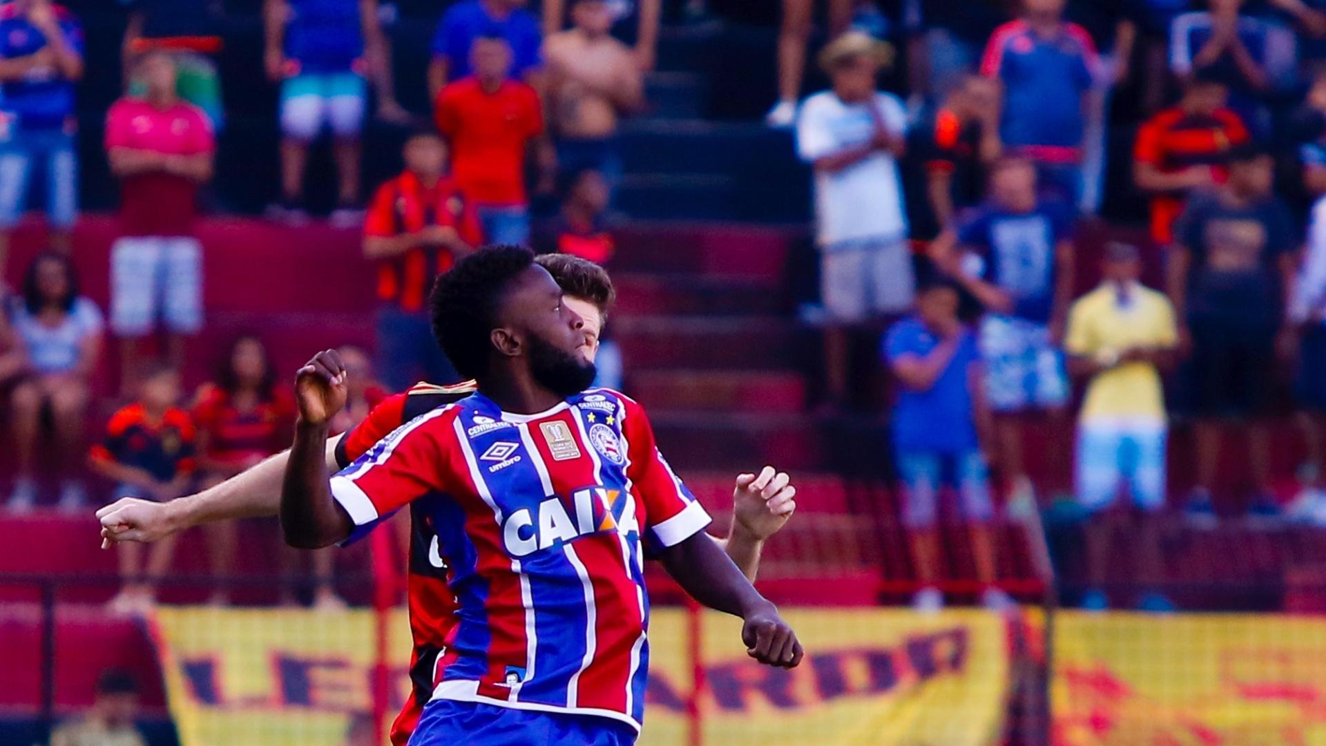 Jogadores de Sport e Bahia em disputa de bola na Ilha do Retiro