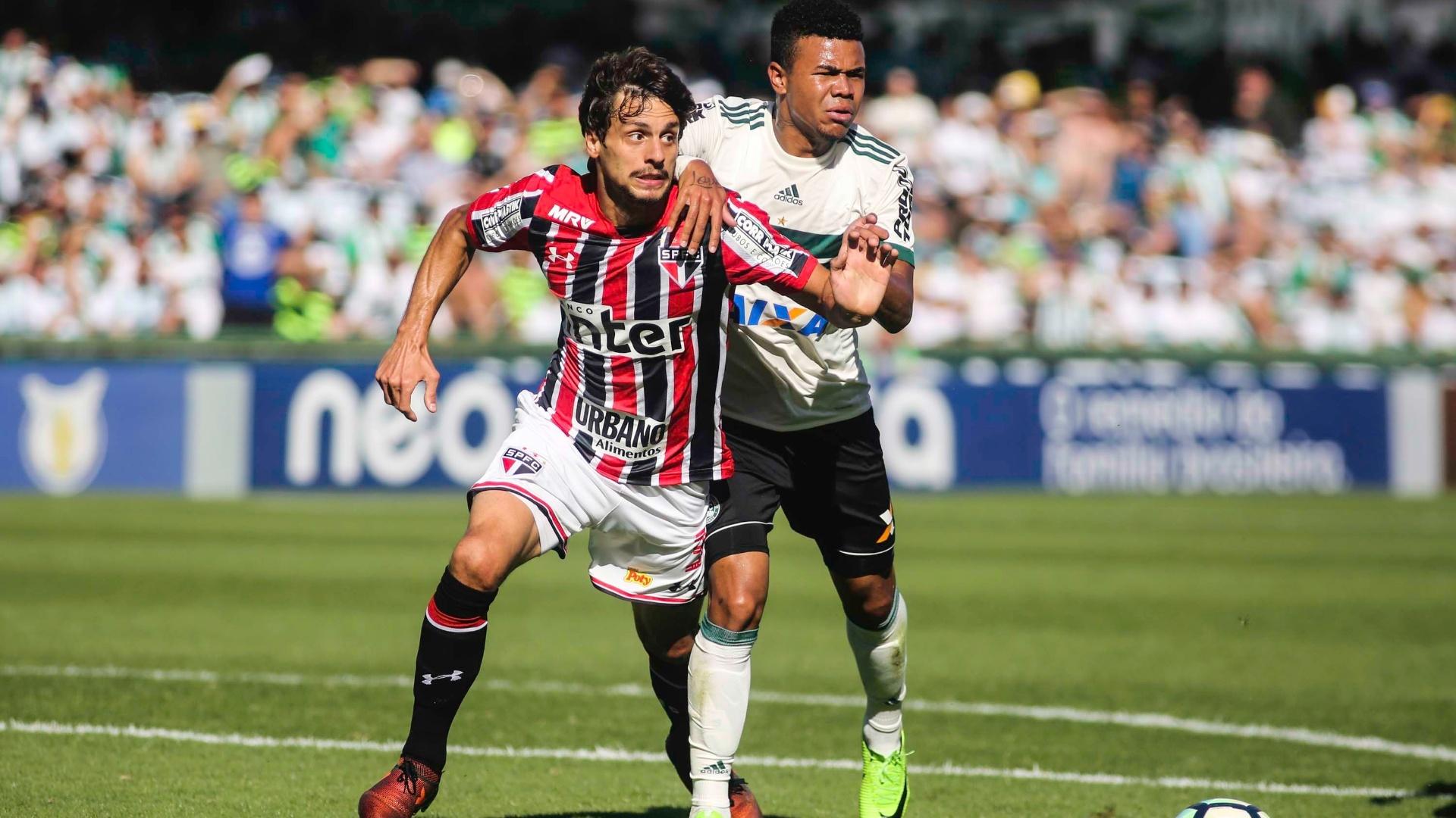 Rodrigo Caio e Yan disputam lance em Coritiba x São Paulo
