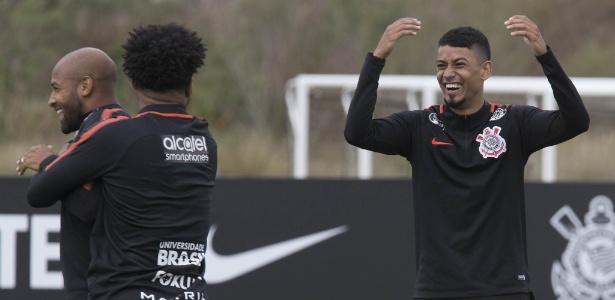 Lucca brinca com Kazim e Fellipe Bastos no Corinthians: oportunidade chegou