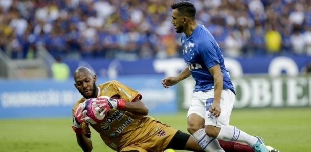 Cruzeiro parou no goleiro Neguete no primeiro tempo e só abriu o placar na etapa final
