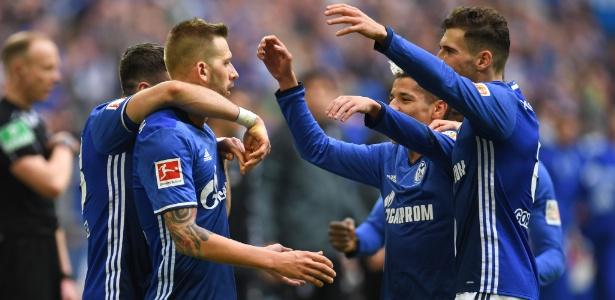 Jogadores do Schalke 04 comemoram gol que adiou título do Bayern