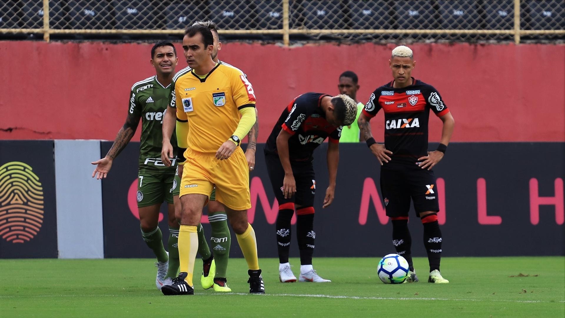 O atacante Dudu reclama com a arbitragem na partida entre Vitória e Palmeiras