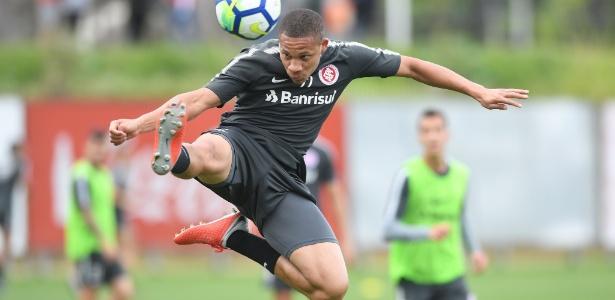 Wellington Silva tenta jogada durante treinamento do Internacional em Porto Alegre - Ricardo Duarte/Inter