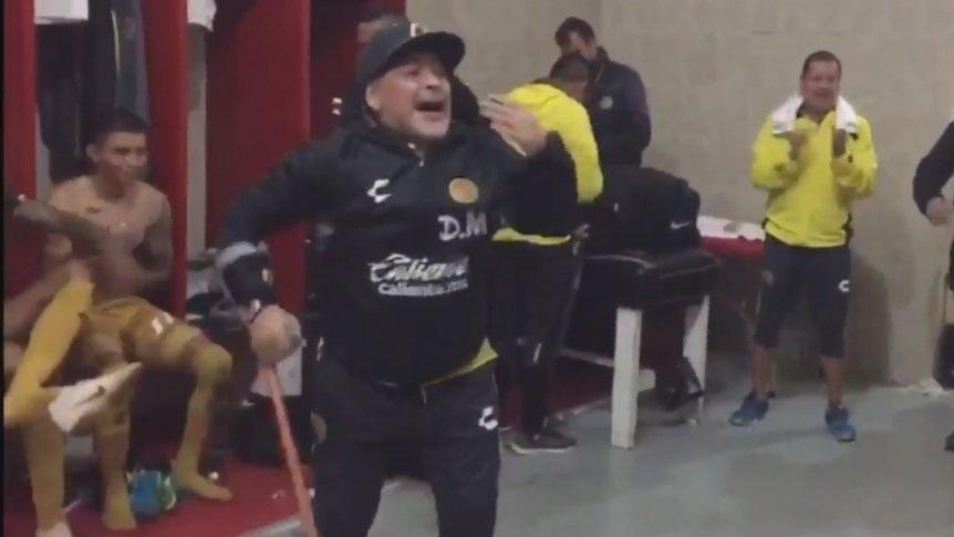 Diego Maradona comemora vitória do Dorados no vestiário mesmo de muleta