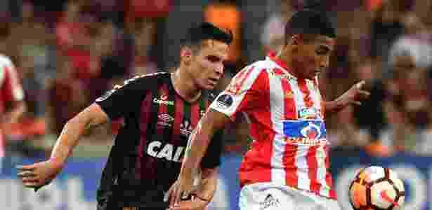 Raphael Veiga, durante partida entre Atlético-PR e Junior de Barranquilla - NELSON ALMEIDA / AFP - NELSON ALMEIDA / AFP