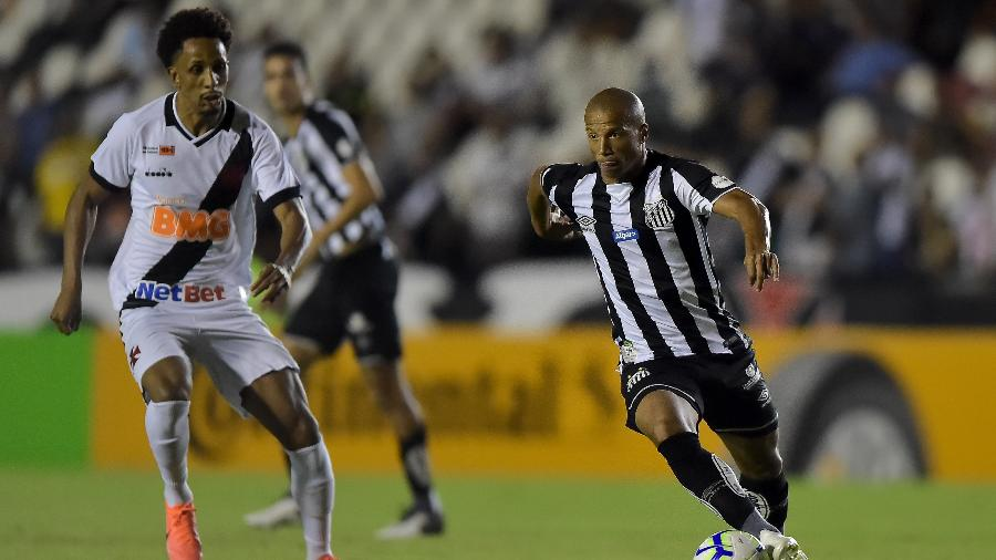 Vasco, de Lucas Mineiro, e Santos, de Carlos Sánchez, fizeram uma partida disputada em São Januário pela Copa do Brasil - Thiago Ribeiro/AGIF
