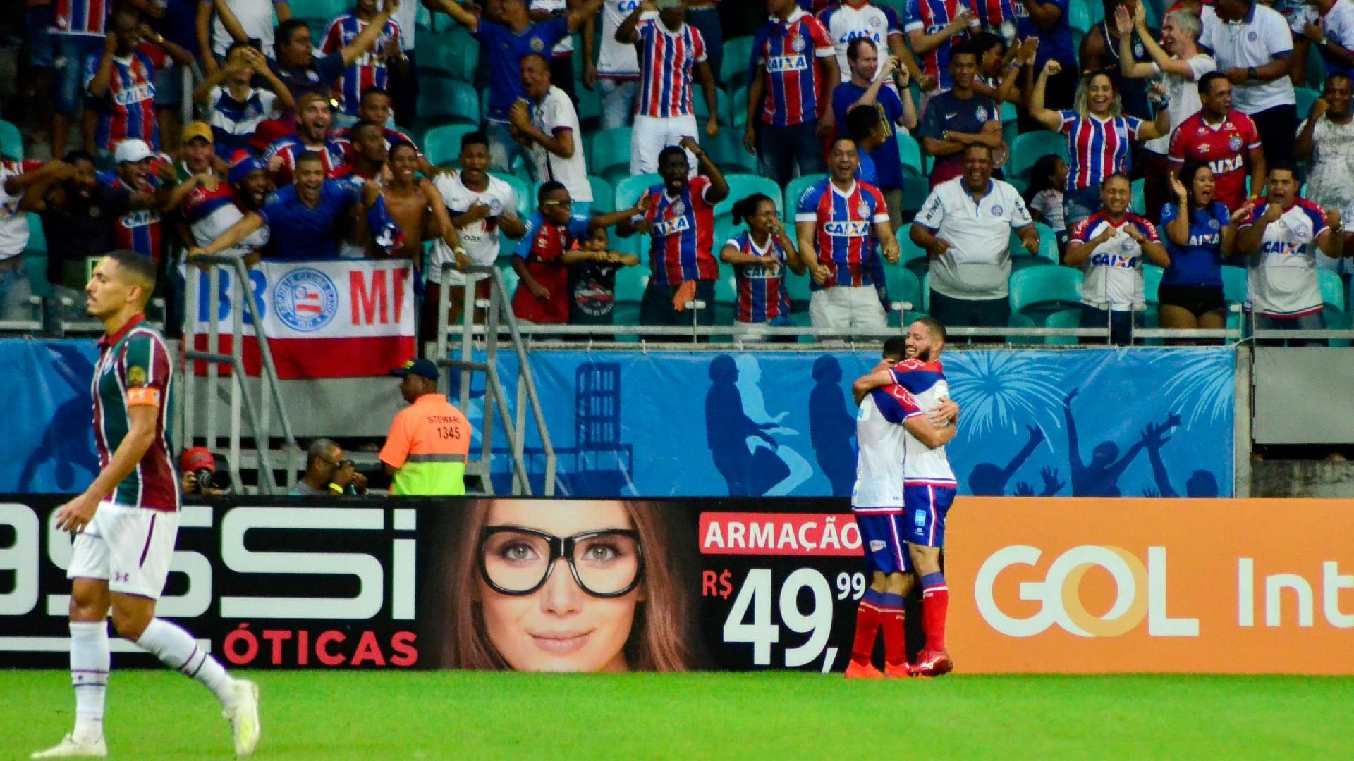 Gilberto, do Fluminense, lamenta gol marcado por Gilberto, do Bahia, que comemora ao fundo