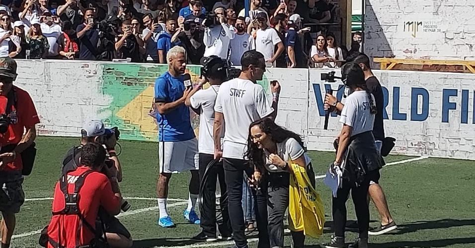 Neymar durante evento em instituto que leva seu nome