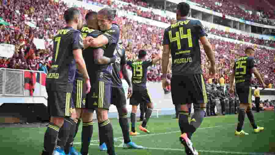 Jogadores do Flamengo celebram um dos gols da vitória sobre o Avaí, em duelo válido pela 18ª rodada do Campeonato Brasileiro. - Andre Borges/AGIF