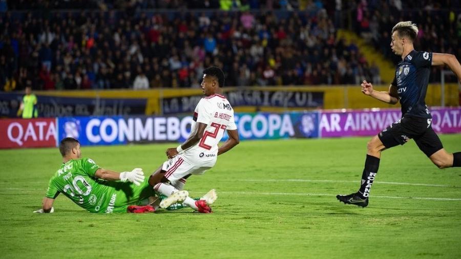 Pé do atacante Bruno Henrique fica preso no gramado depois do choque com o goleiro em lance da Recopa - Alexandre Vidal/Flamengo