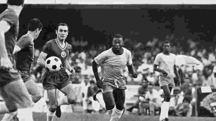 Pelé disputa a bola em amistoso Brasil x Bulgária no dia 26 de abril de 1970 no Morumbi - Pictorial Parade/Archive Photos/Getty Images