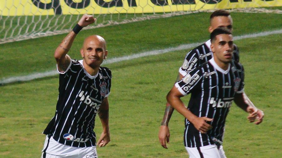 Fábio Santos comemora gol de pênalti marcado pelo Corinthians neste Brasileirão 2020 - Gabriel Machado/AGIF
