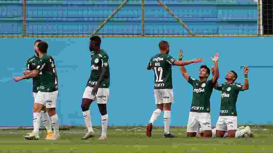 Jogadores do Palmeiras comemoram gol de Gabriel Menino contra o Delfín, do Equador, pela Copa Libertadores - Dolores Ochoa - Pool/Getty Images