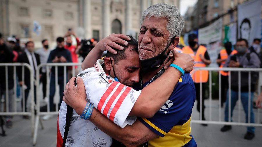 Torcedores rivais do River Plate e Boca Juniors se abraçam e dividem luto pela morte de Diego Maradona - Juan Ignacio Ronconori/EFE
