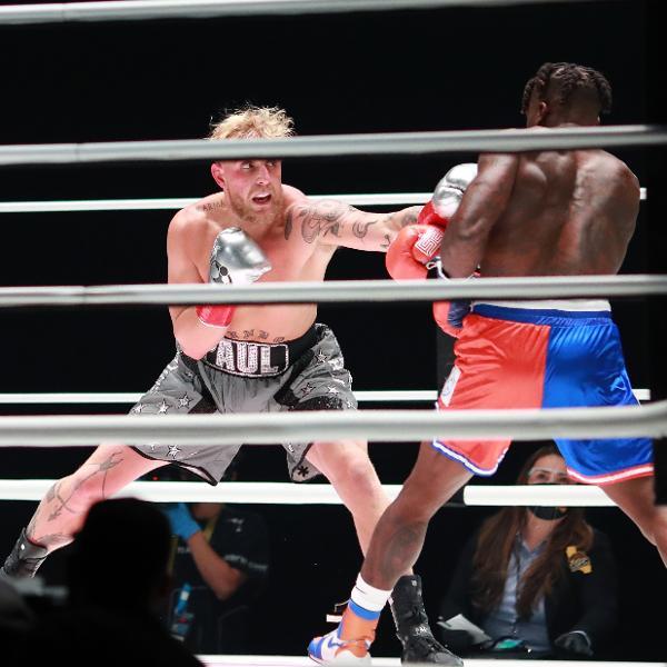Jake Paul (esq.), durante luta contra Nate Robinson