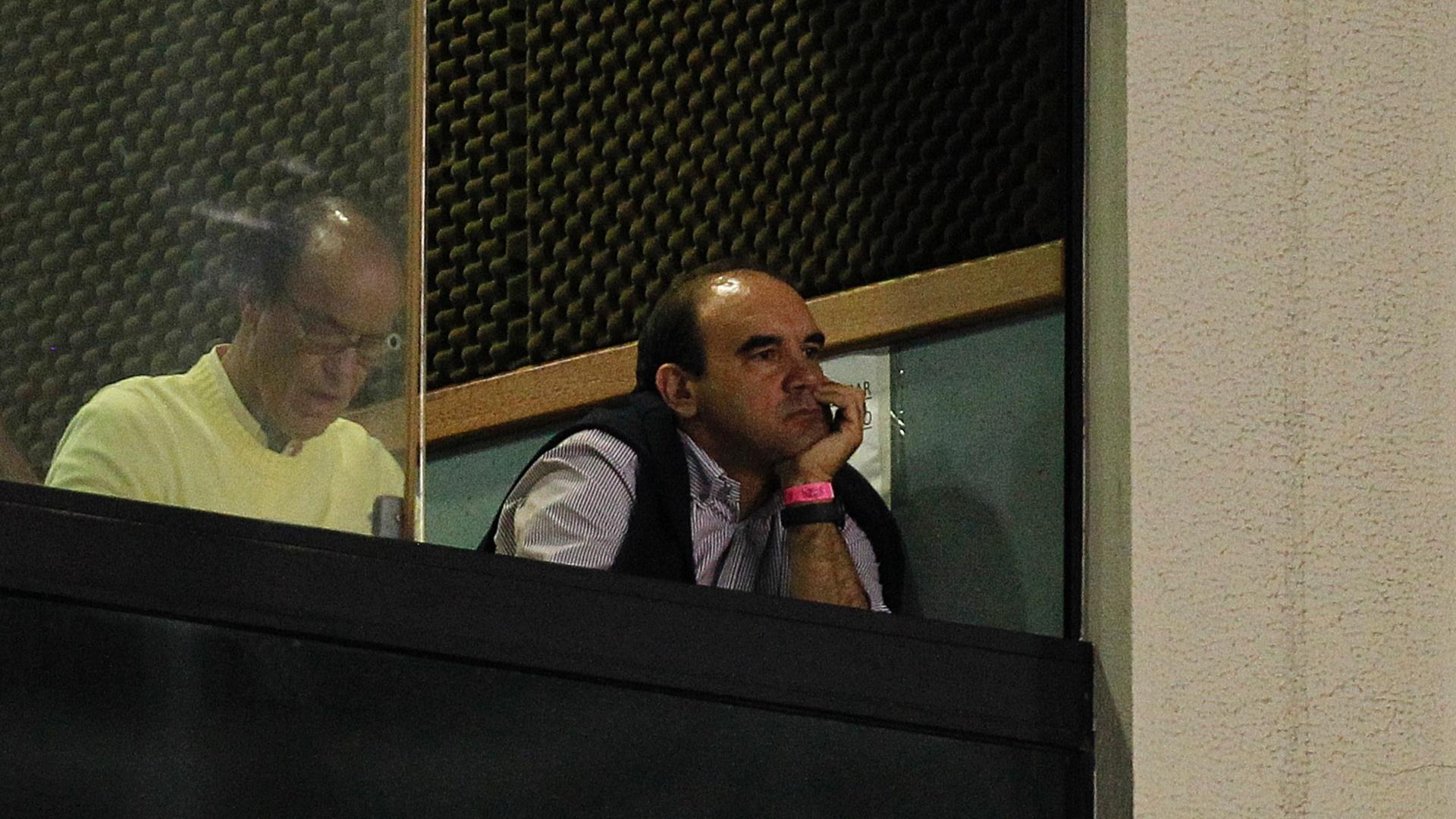 Ao lado do diretor Antônio Lopes, Ricardo Gomes assiste à partida entre Botafogo e Criciúma no Engenhão