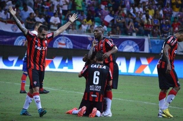 03.out.2015 - Jogadores do Vitória, entre eles Escudero (esq.), comemoram triunfo sobre o Bahia na Fonte Nova