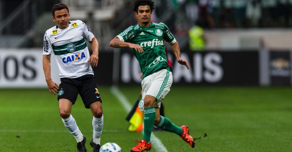 Egídio tenta jogada acompanhado pela marcação de Juan na partida entre Palmeiras e Coritiba