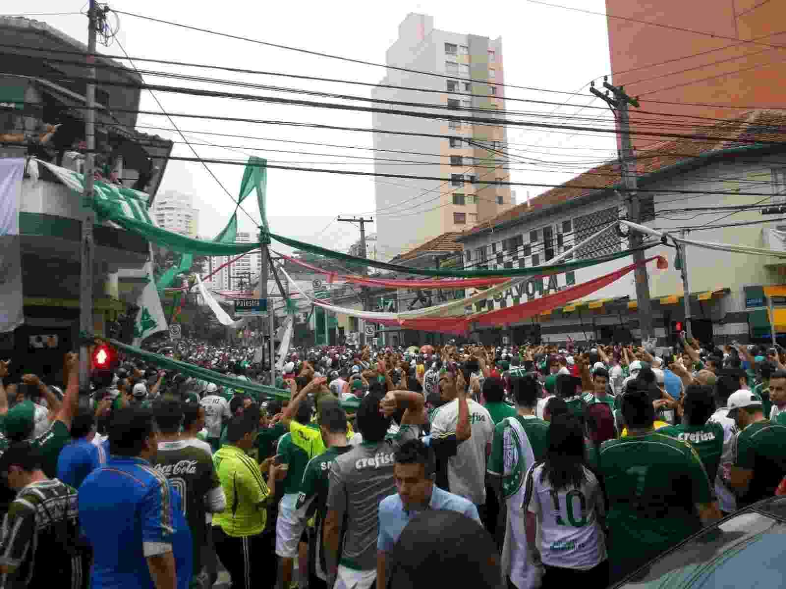 Torcedores do Palmeiras se reúnem nas imediações do Allianz Parque antes da final da Copa do Brasil - Diego Salgado/UOL