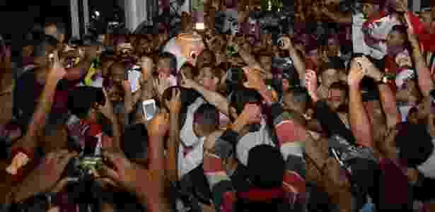 Lugano é cercado por torcedores em sua chegada ao Brasil  - Rubens Chiri/saopaulofc.net