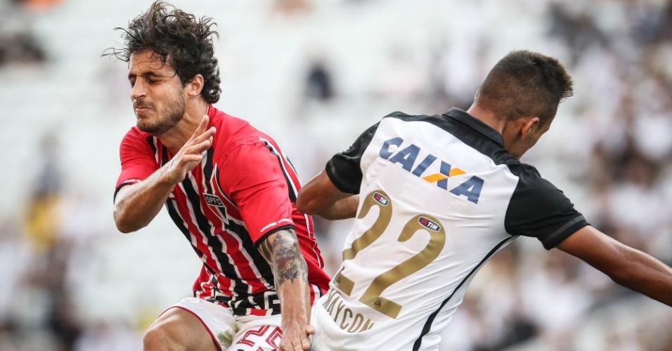 Hudson, do São Paulo, divide a bola pelo alto com Maycon, do Corinthians