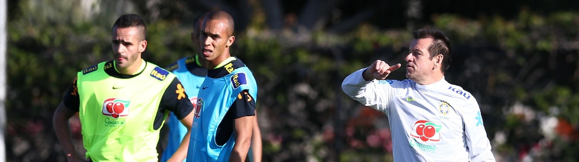 Dunga dá orientações a seus jogadores em treino da seleção brasileira