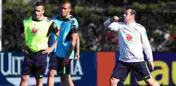 Dunga dá orientações a seus jogadores em treino da seleção brasileira - Lucas Figueiredo / MoWA Press