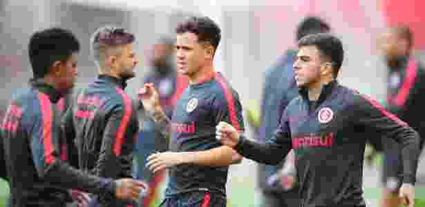 Gustavo Ferrareis (centro) durante treino do Inter no Beira-Rio - Ricardo Duarte/Divulgação SC Internacional