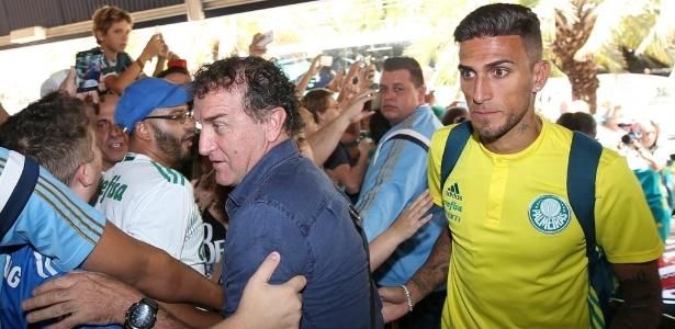 Torcedor segura Cuca para fazer selfie na chegada do Palmeiras em hotel em Londrina