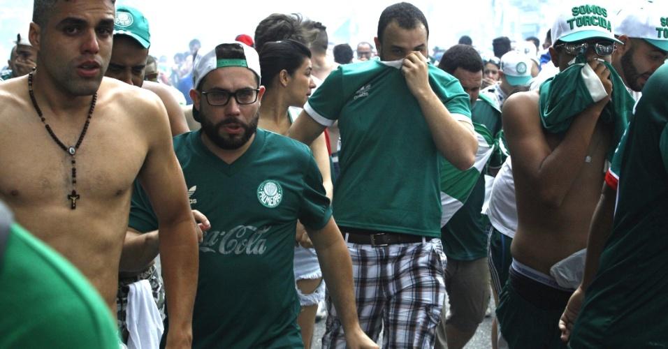 Torcedores cobrem o rosto após confusão na Rua Palestra Itália antes do jogo entre Palmeiras e Chapecoense