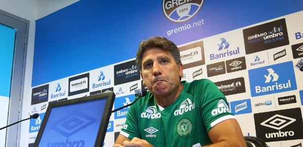 Renato Gaúcho usa camisa da Chapecoense em entrevista coletiva