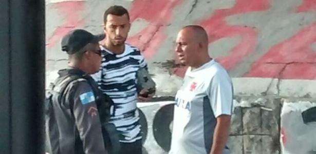 Nenê conversa com policial após blitz no Rio