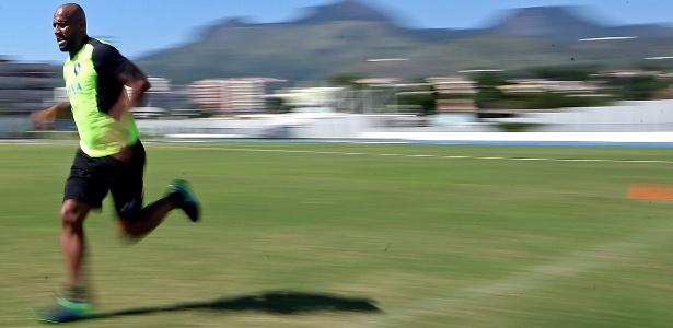Latera Maicon está treinando no Botafogo com o objetivo de voltar a jogar futebol