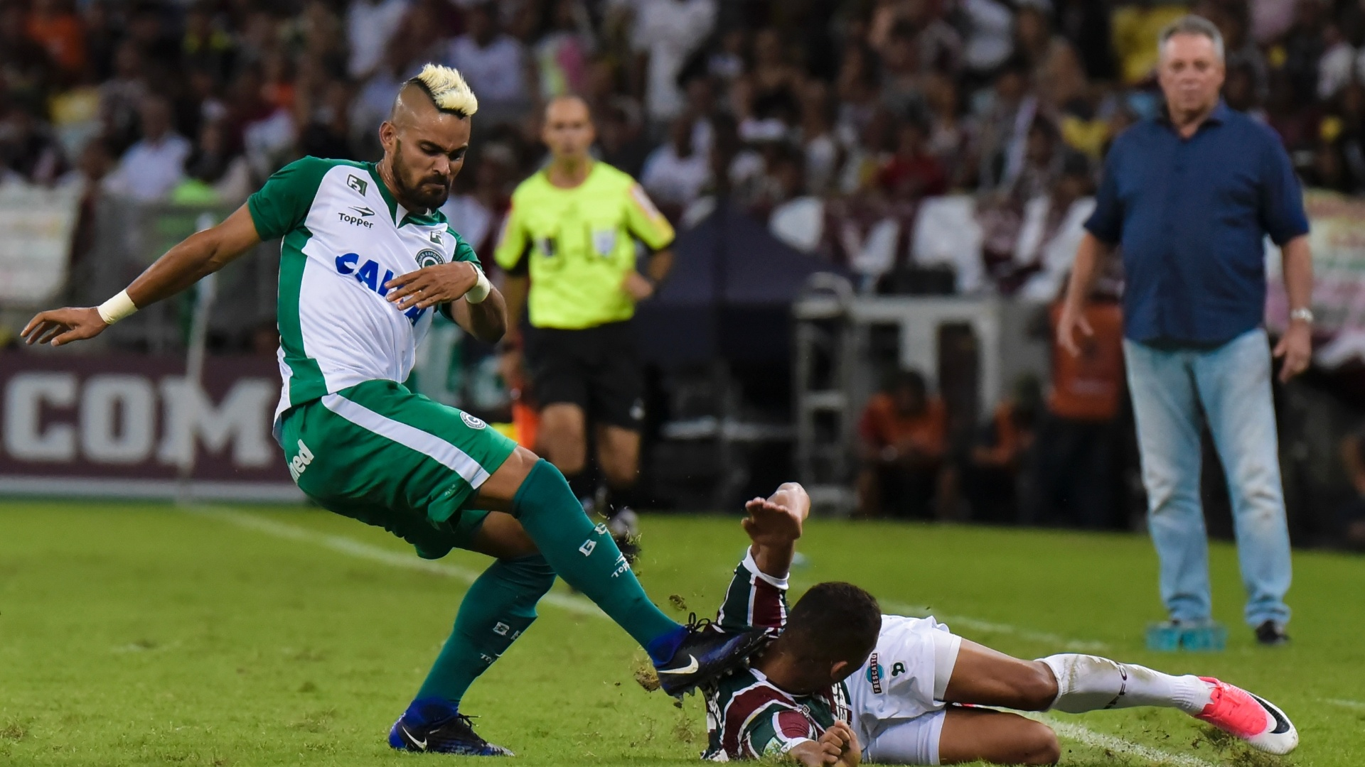 Lance forte entre Tony, do Goiás, e Richarlison, do Fluminense