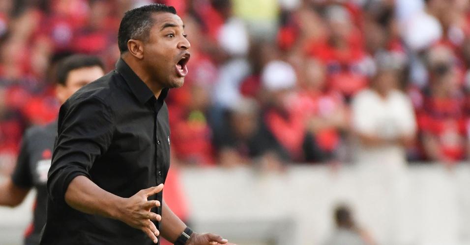 O técnico Roger Machado grita durante jogo do Atlético-MG contra o Flamengo, no Maracanã