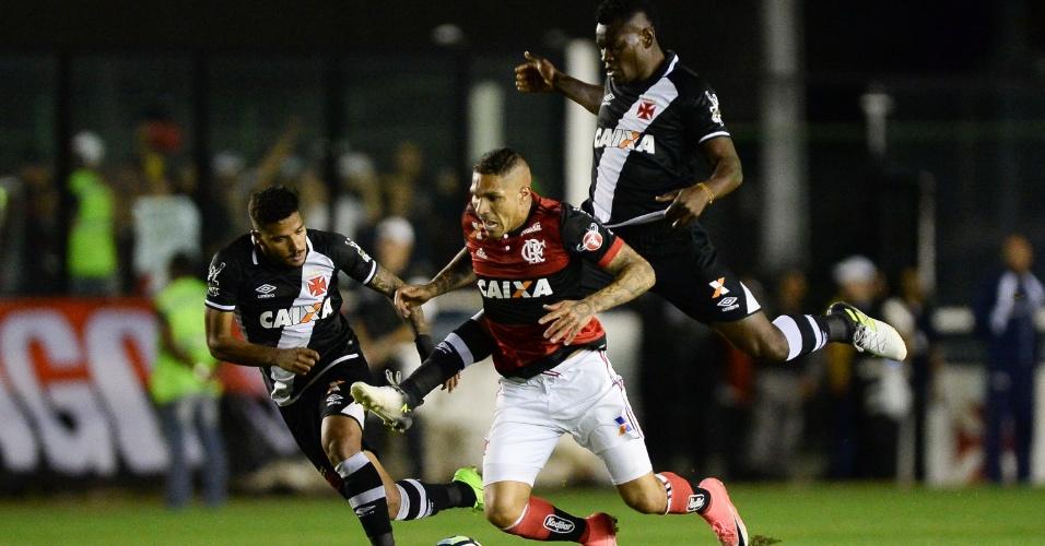 Guerrero é derrubado pela marcação vascaína