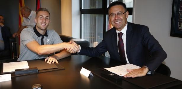 Gerard Deulofeu (à esquerda) assina contrato com o Barcelona