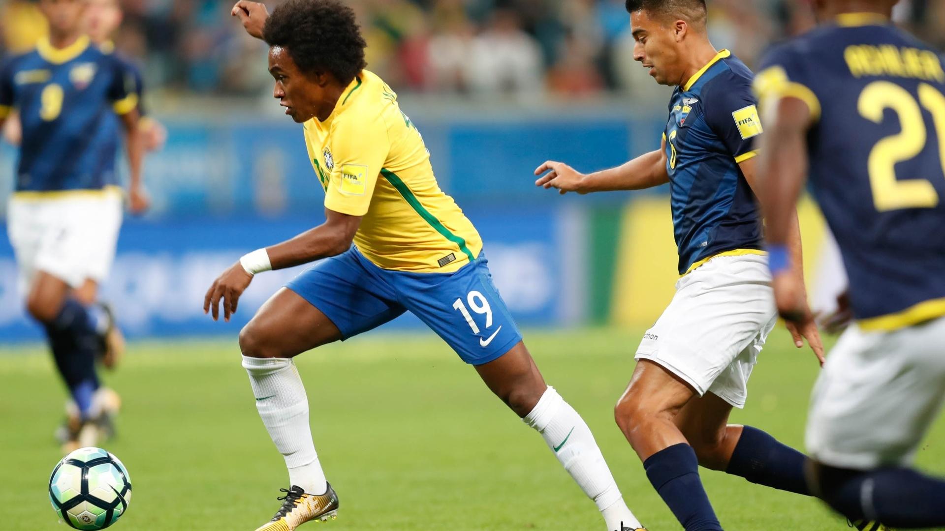 Willian foge da marcação equatoriana na Arena Grêmio