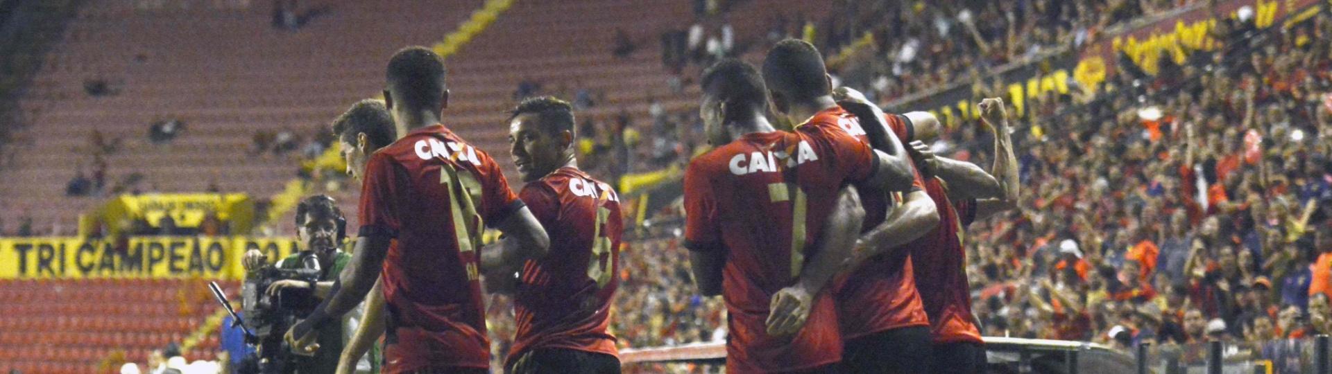 Jogadores do Sport comemoram gol contra a Ponte Preta pela Copa Sul-Americana