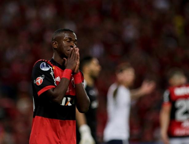 vinicius junior lamenta chance perdida pelo flamengo contra o independiente 1513214295785 615x470 Um empate bem triste o do Fla na Sul Americana.