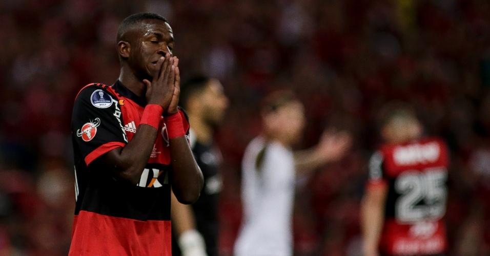 Vinicius Júnior lamenta chance perdida pelo Flamengo contra o Independiente