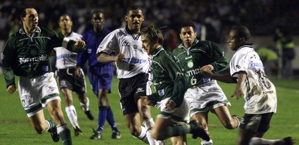 Corinthians e Palmeiras se enfrentam em 1999, em um final marcada por briga no campo - Paulo Whitaker/Reuters