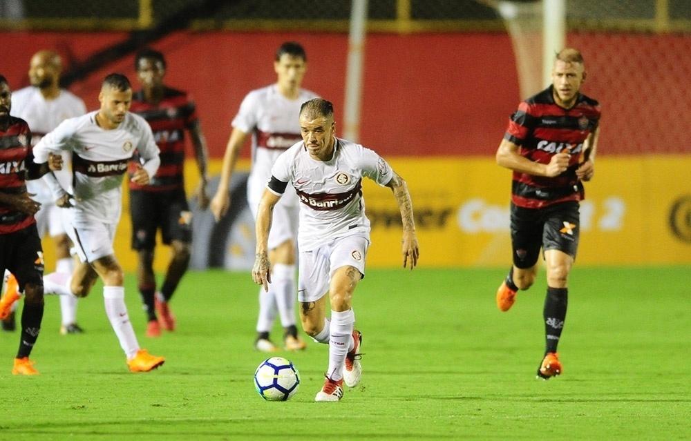 D'Alessandro conduz a bola na partida Vitória x Internacional pela Copa do Brasil 2018