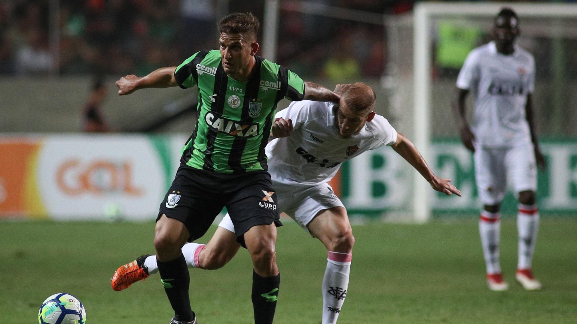 Jogadores de América-MG e Vitória disputam a bola no Independência