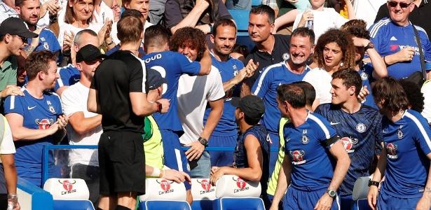 Giroud comemora com David Luiz após marcar gol em Chelsea x Liverpool