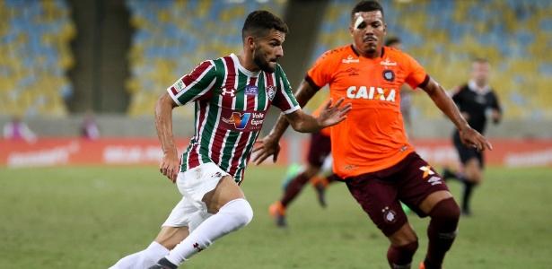 Jadson (à esq.) pode trocar o Flu pelo Cruzeiro em 2019. Jogador ainda não se acertou com o clube - Lucas Merçon/Fluminense FC