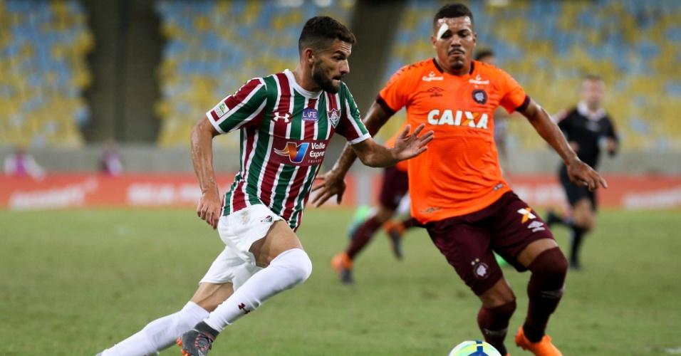 Jadson encara a marcação no jogo Fluminense x Atlético-PR pelo Campeonato Brasileiro 2018