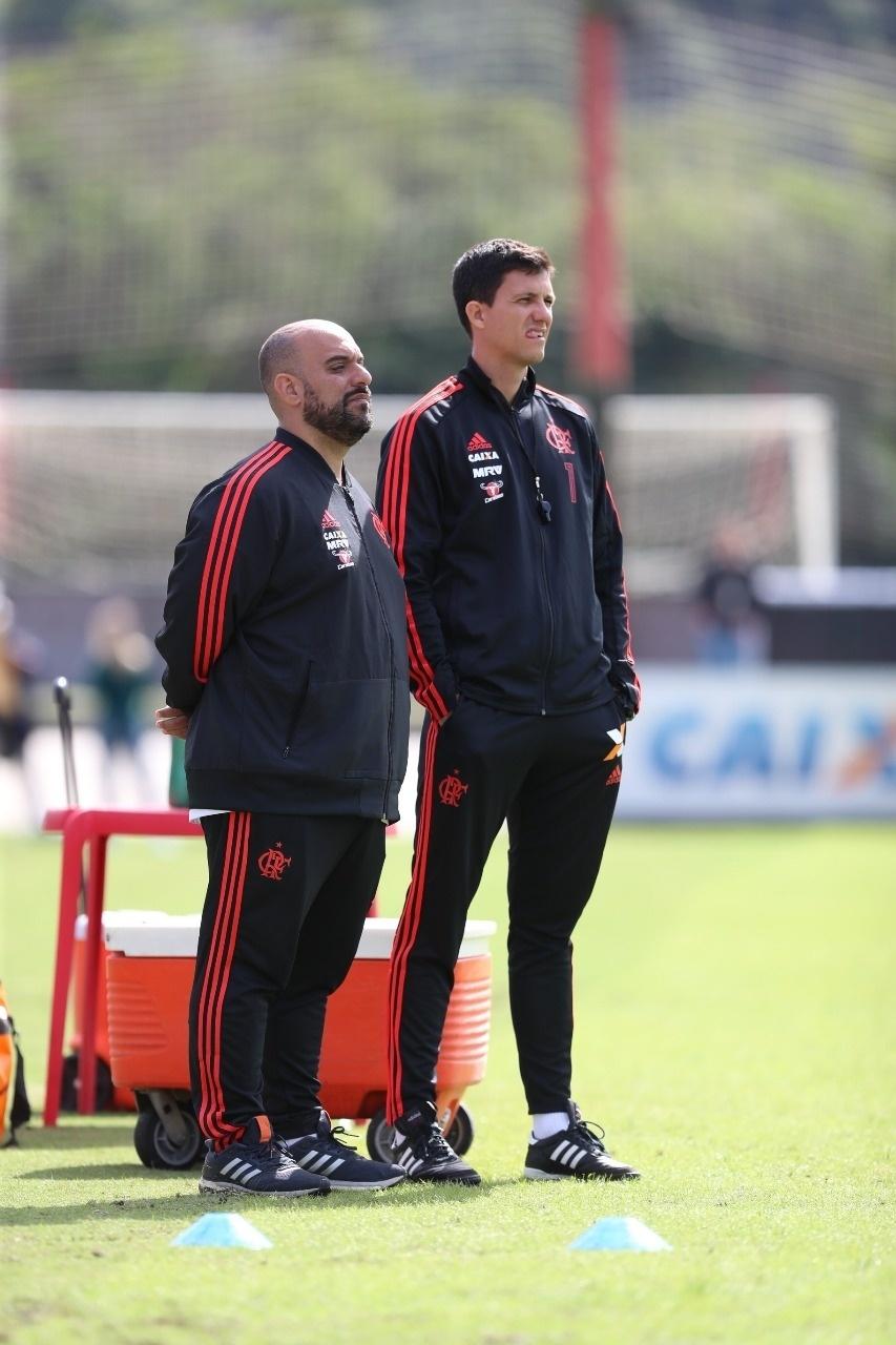 Alberto Filgueiras e o técnico Maurício Barbieri durante um treinamento do Flamengo