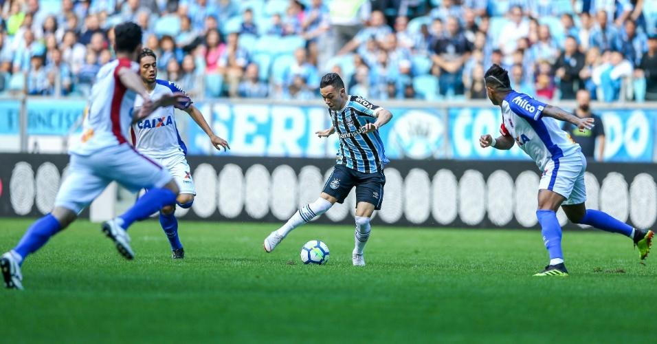 Pepê toca bola durante jogo entre Grêmio e Paraná