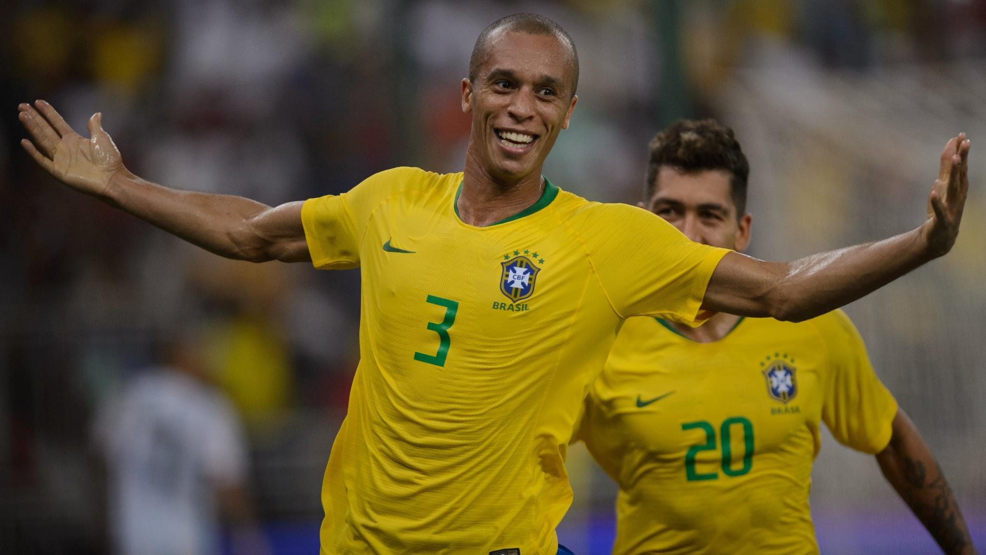 O zagueiro Miranda comemora o gol da vitória da seleção brasileira sobre a Argentina